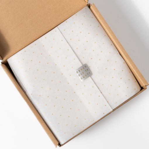 packaging con papel seda puntos oro